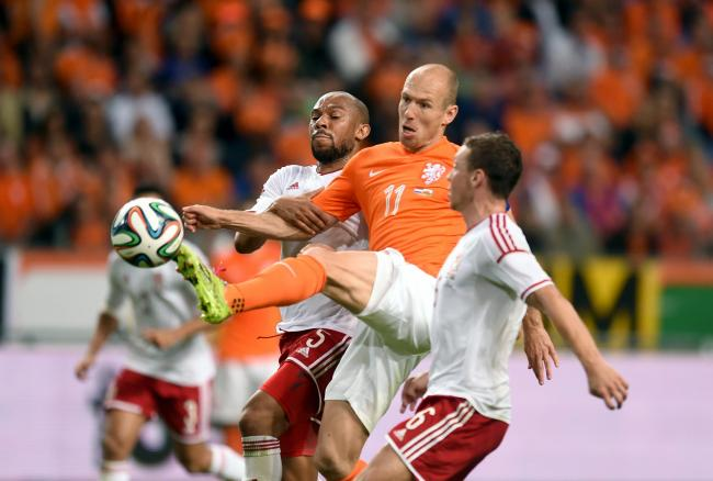 Netherlands' Arjen Robben (centre) takes on Wales' James Chester (right) and Danny Gabbidon (left).