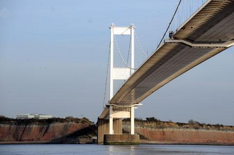 High winds close one lane of Severn Bridge