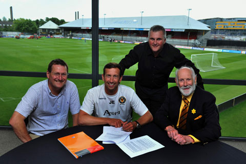 Justin Edinburgh signs his new contract at Rodney Parade