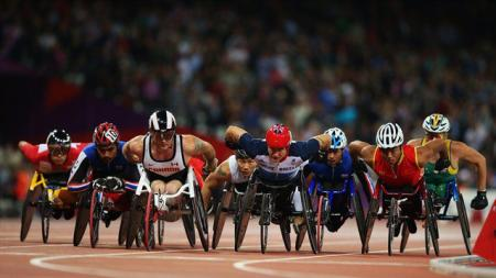 Britain's David Weir, who trains in Richmond Park, leads the field in the men's 1500m — T54 final on his way to gold...
