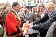 Newport mayor councillor Matthew Evans hands out Chartist Apples (12323862)