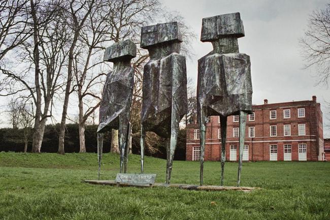 ROBO: los vigilantes, Lynn Chadwick, 1960, Universidad de Roehampton, suroeste de Londres © Histórico Inglaterra