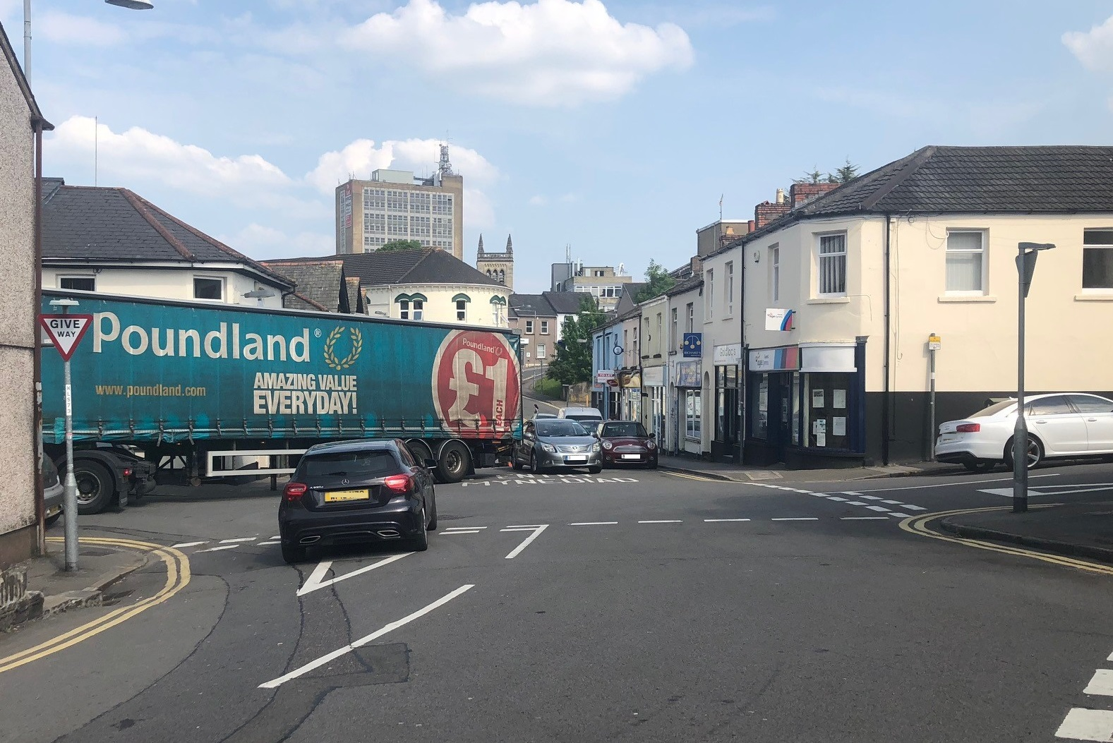Traffic chaos as lorry blocks busy road in Baneswell, Newport. Picture;   Chris Taylor at Kymin